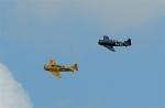 Twee Harvards van de stichting Koninklijke Luchtmacht Historische Vlucht vliegen een fly-past.