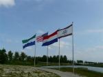 De vlag van de gemeente Oostflakkee, Verenigde Staten, Nederland en het Waterschap Hollandse Delta